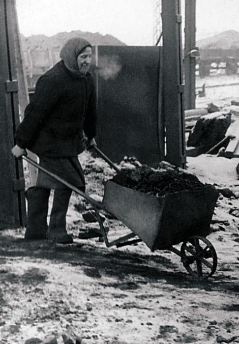 Тяжелый труд женщин. Усть-Катав, 1947 год.