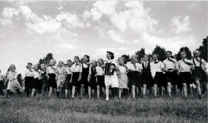 Активисты городской комсомольской организации проводят «массовки». Челябинск, 1948 год.