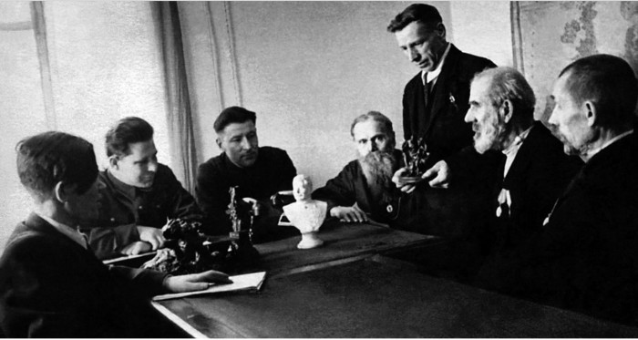 Художественный совет в цеху художественного литья, 1946 год.