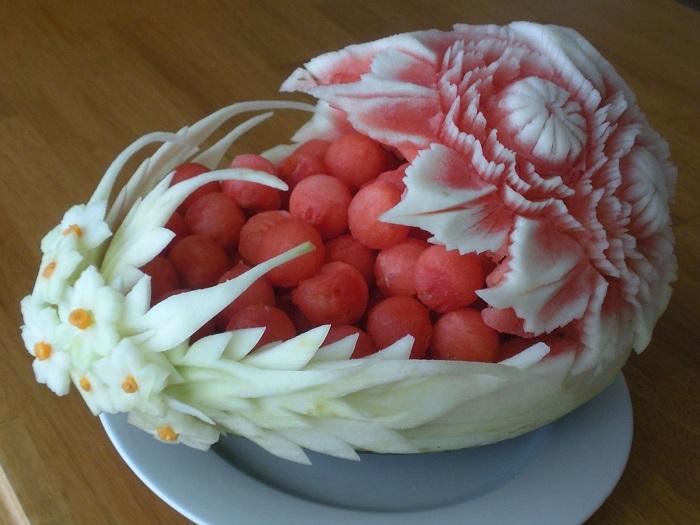 Очень красивая и аппетитная корзинка, вырезанная из цельного арбуза.