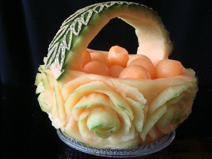Изящная корзинка вырезана мастером карвинга из цельной папайи.