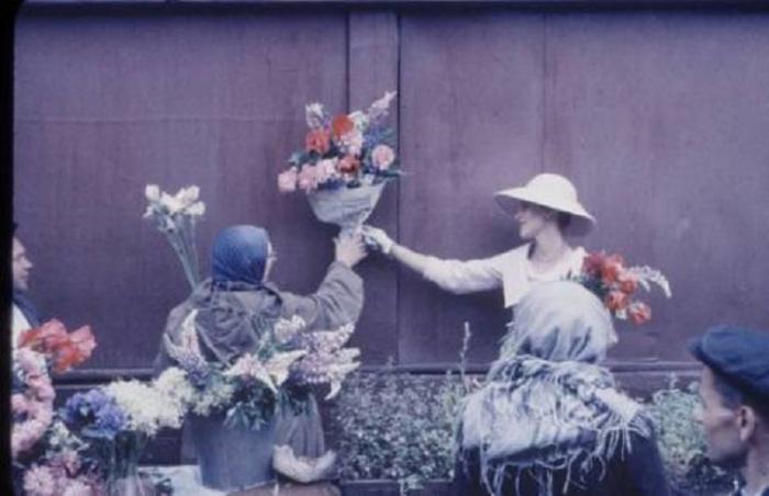 Французская красотка покупает яркий букет цветов.