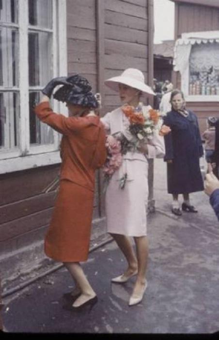 На ногах шелковые чулки, которые в СССР были дефицитом. Советские модницы рисовали модный шов на голых ногах чернилами.