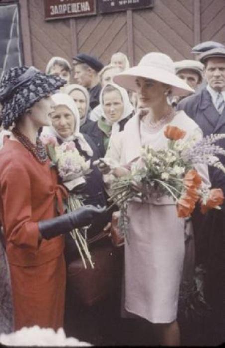 Максимальный контраст между женщинами одетыми в простую одежду и одетыми в платья от Диор моделями.