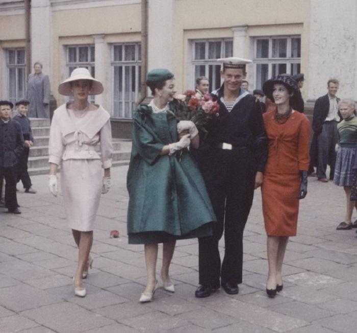 Манекенщицы в одежде знаменитого французского модельера прогуливаются по улицах Москвы с матросом.