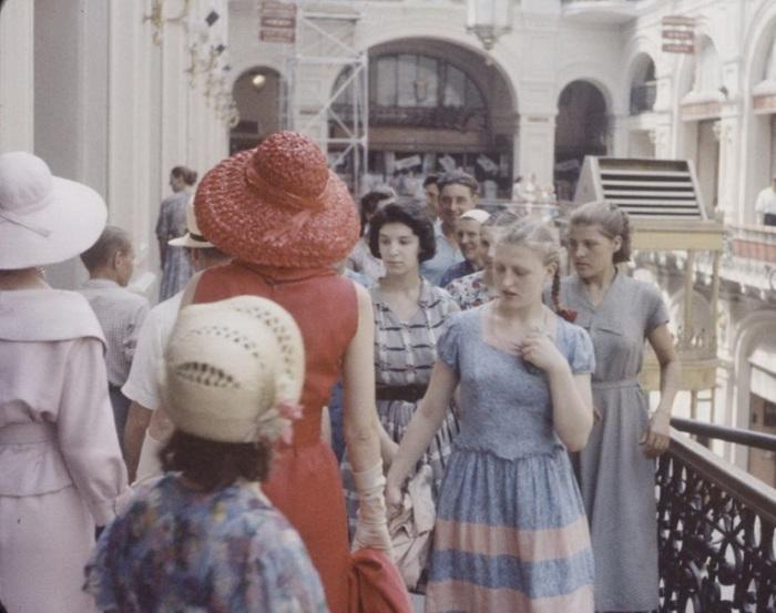 Эстетический шок, который испытали граждане Советского Союза, глядя на парижских красоток в «заморских» одеждах.