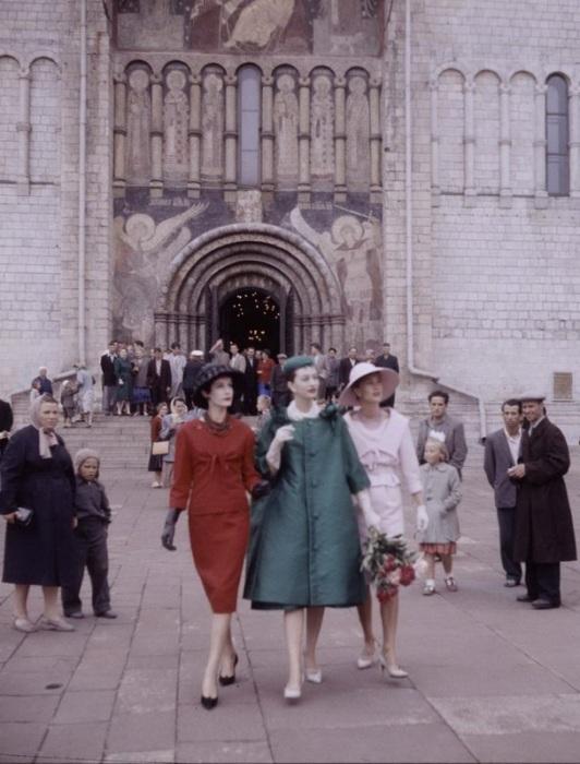 12–16 июня в 1959 году в зале «Труд» дома культуры «Крылья Советов» в Москве впервые состоялись показы летней одежды французского дома мод Кристиан Диор.