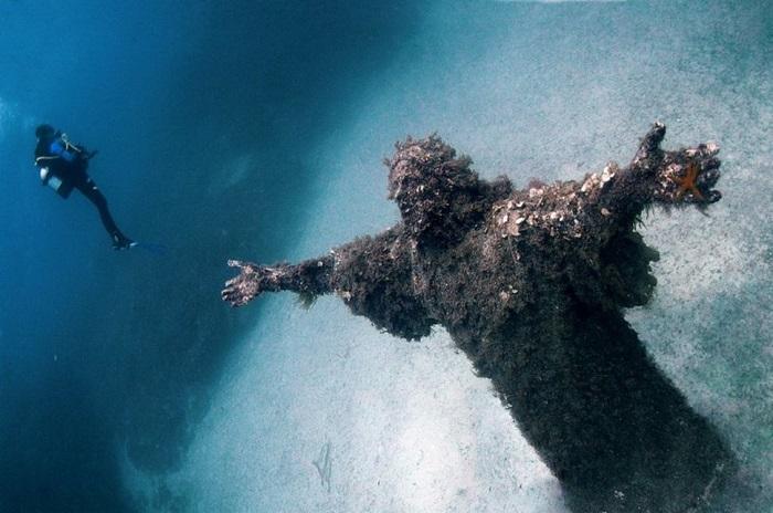 Бронзовый Христос в бухте Сан-Фруттуозо посвящен первому аквалангисту Италии (Дарио Гонзатти), который погиб на морском дне.