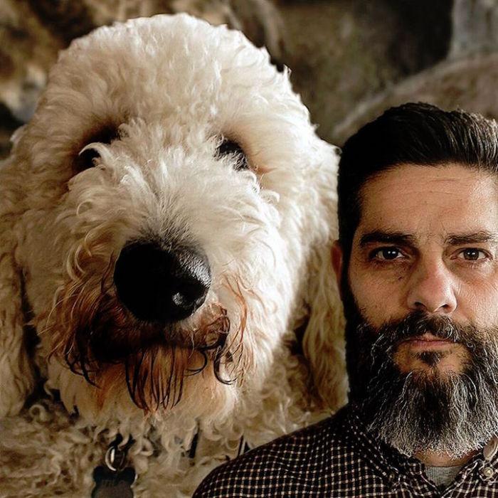 Кристофер со своим псом.