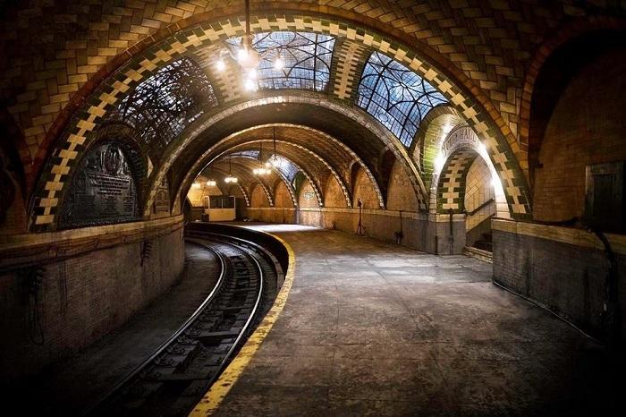 Заброшенную станцию превратили в арт-галерею, где уличные художники могут реализовать свое творчество.