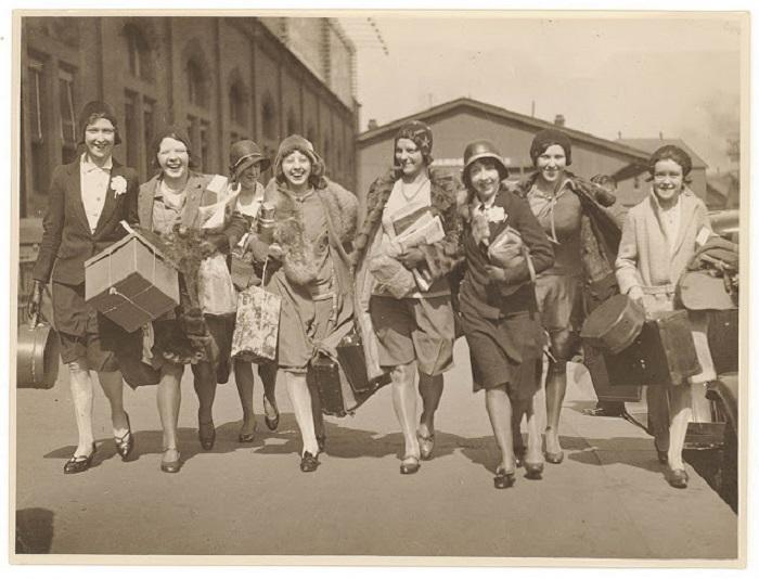 Женщины приехали покорять столицу моды.
