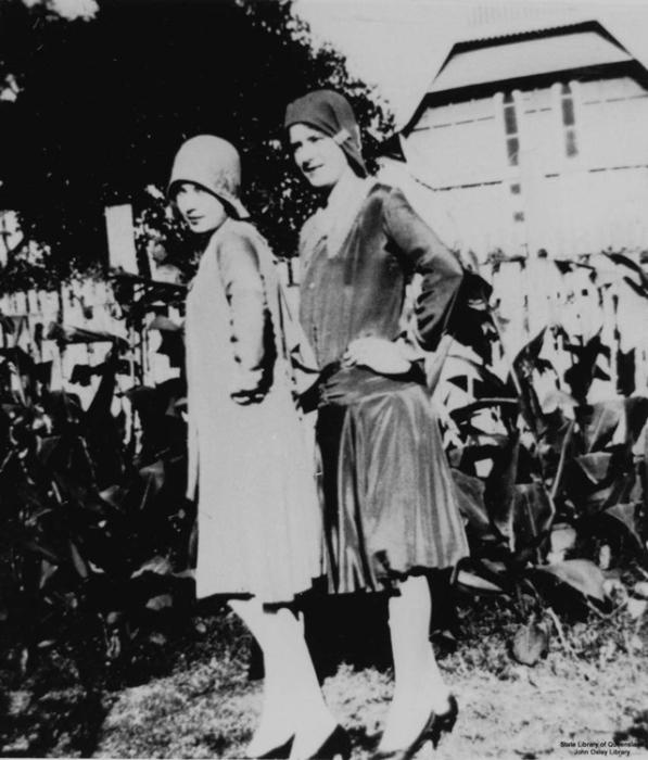 Девушки позируют перед камерой в легких струящихся платьях и шляпках - клош.