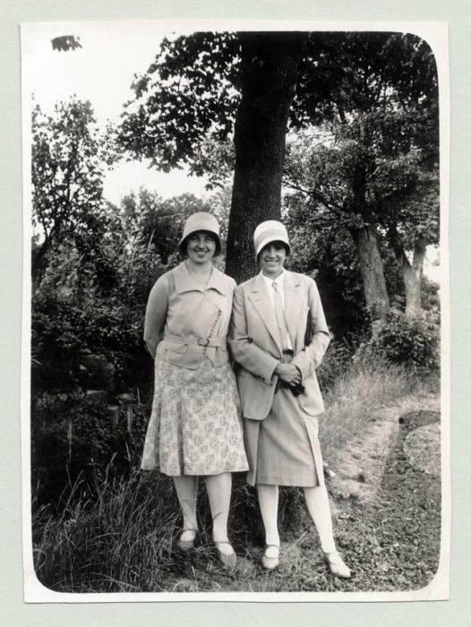 Женщины позируют в уникальных предметах женского гардероба.