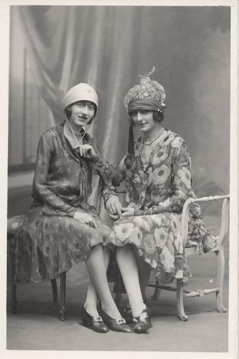 Девушки в неординарных шляпках.