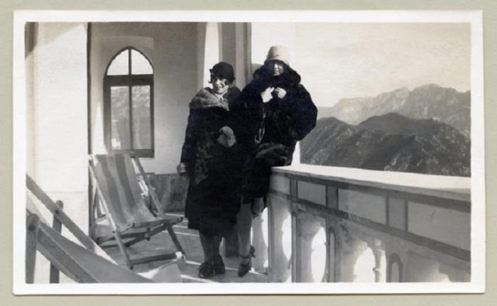 Леди в норковых шубах позируют на балконе санатория.