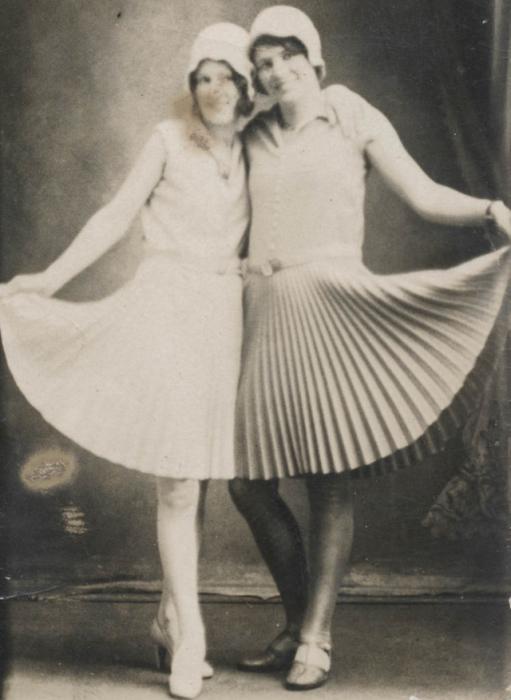Девушки в шляпах с небольшими волнистыми полями.