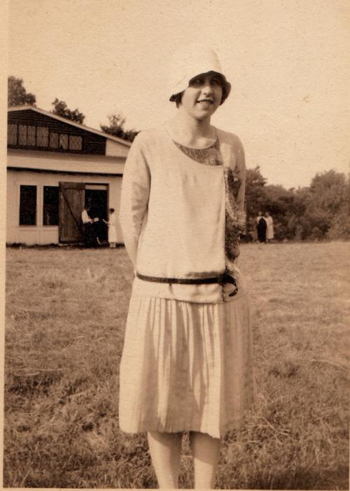 Стеснительная девушка в модном платье и шляпе.