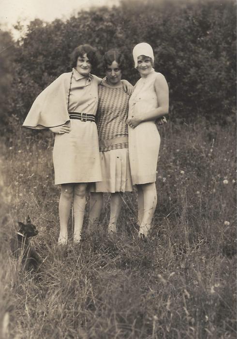 Три женщины с четвероногим охранником.