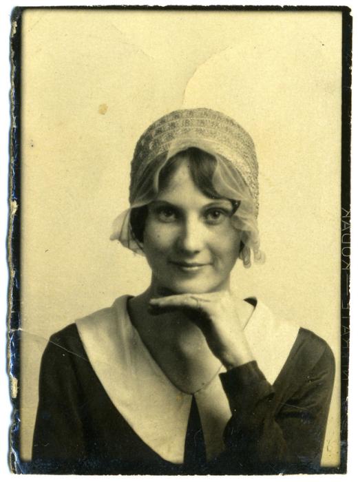 Очаровательная девушка в стильных одеждах 20 столетия.