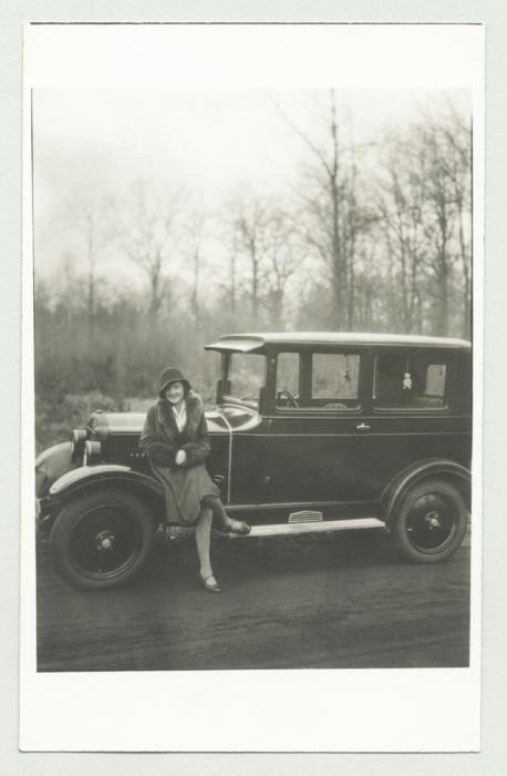 Женщина в меховом манто и шляпе - клош.