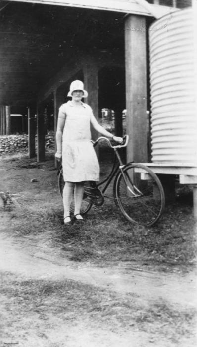 Модный тренд 1920 годов - это шляпа - колокольчик округлой формы.