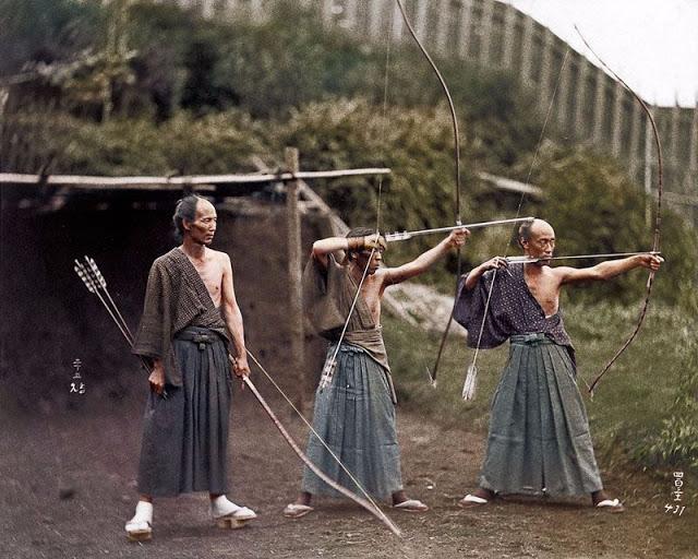 Тренировка по стрельбе из традиционных длинных асимметричных луков юми, созданных из соленого бамбука, дерева и кожи.