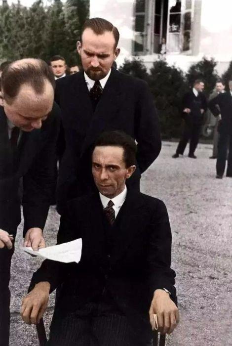 Хмурый взгляд направлен на фотографа Альфреда Эйзенштадта, присутствующего на конференции Лиги Наций.