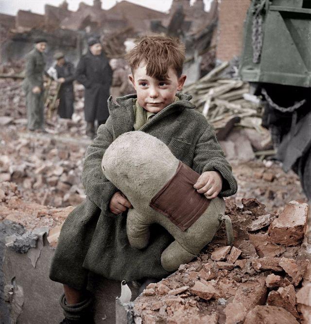 Ребенок, оставшийся сиротой после бомбежки Лондона.