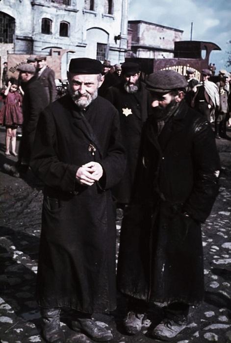 Неизвестные мужчины в польском городе Кунто, оккупированном нацистской Германией в 1939 году.