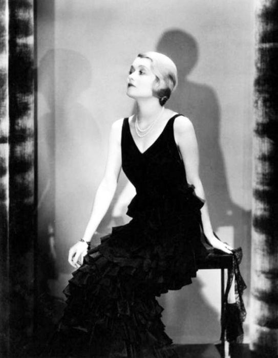 Чёрное вечернее платье с рюшами внизу отлично сидит на испанской модели.