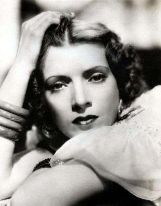 Чудесная, очаровательная, стильная мадам с браслетами на руке.