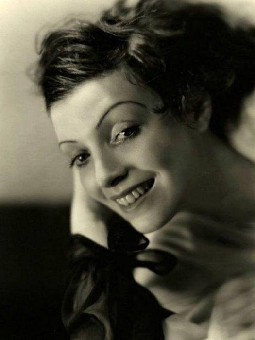 Счастливая женщина на портрете.