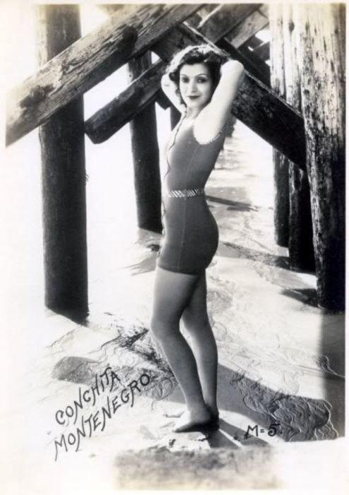 Полна сил и энергии в коротком платье женщина позирует на камеру.