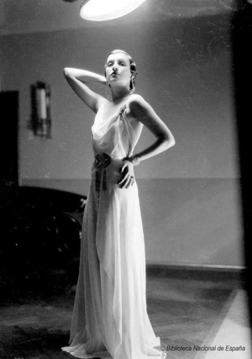 Лёгкое белое платье создает нежный образ актрисы.