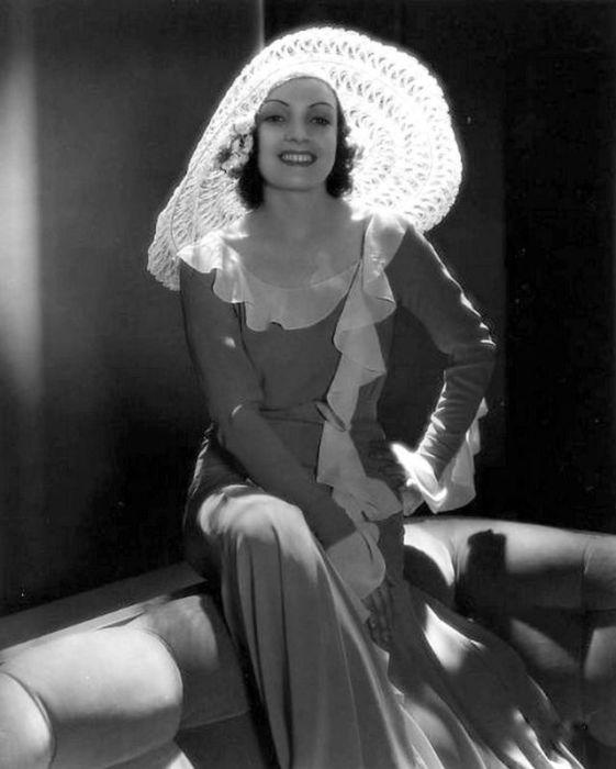 Белая шляпа, рюши делают знаменитость особенной.