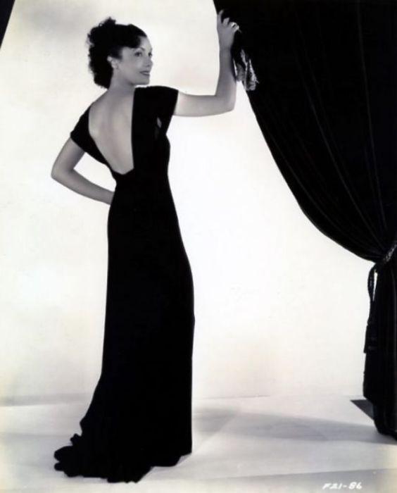 Чудесное длинное платье с вырезом на спине.