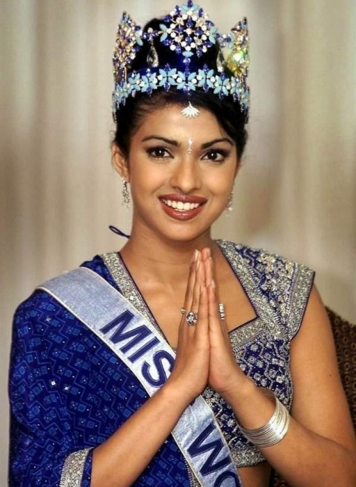 Индийская актриса, модель и певица, победительница конкурса « Мисс Мира»  2000 года, ведет активную общественную деятельность: участвует в благотворительных акциях в Индии и США.