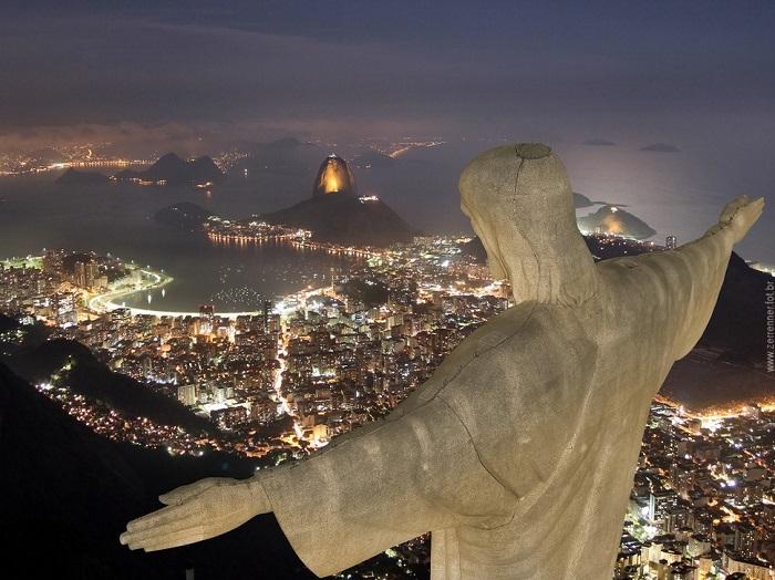 Гора из гранита, расположенная в национальном парке Тижука, чуть левее центра Рио-де-Жанейро.