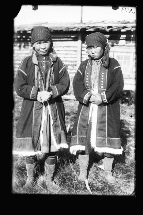 Две женщины эвенкийки в национальных костюмах.