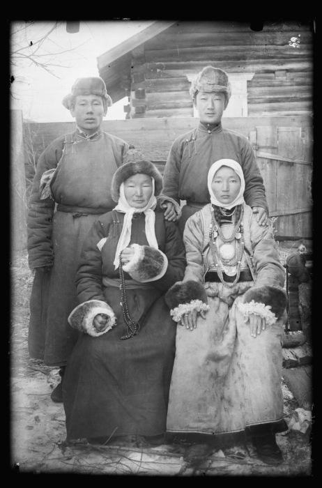 Бурятская одежда как мужчин, так и женщин предназначена прежде всего для кочевой жизни в седле.