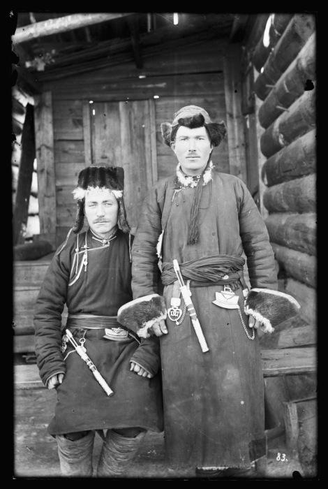 Зимой буряты носили двуслойную или однослойную одежду из оленьих и собачьих шкур.