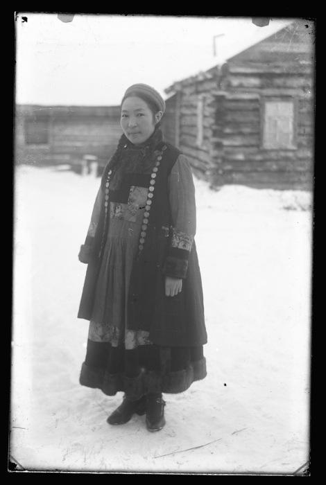 Основным материалом для зимней женской одежды была овчина, которая окантовывалась бархатом и другими тканями.