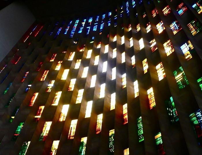 Многоцветная стена современных витражей.