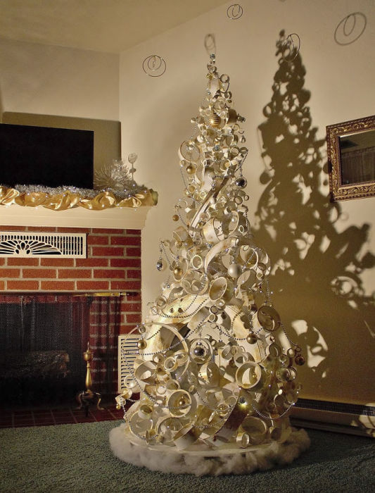 Фантастическая елка, созданная из старой шины, ведра, пластиковой трубы и белой краски.