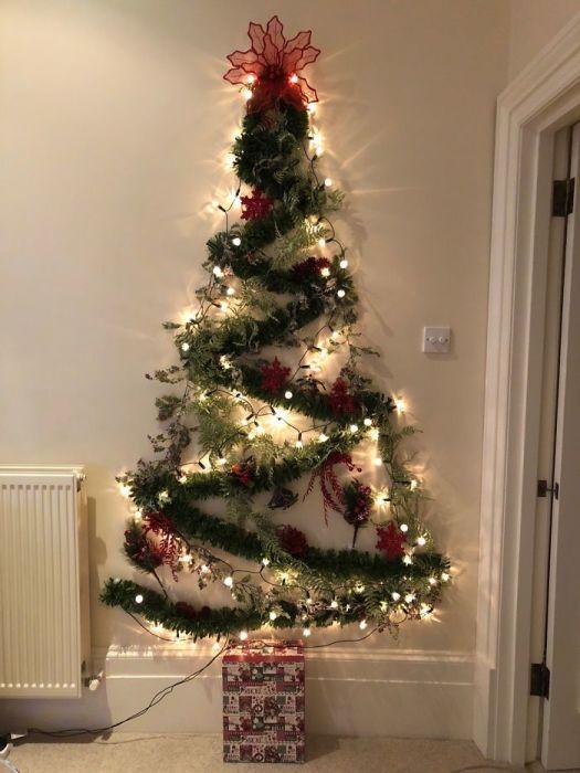 Отличная идея новогодней елки – красиво, празднично и место можно сэкономить.