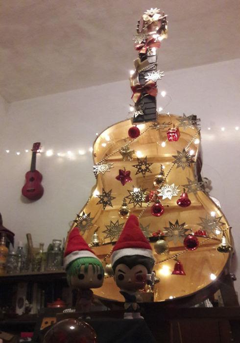 А Вегета и Булма с помощью шапочек легко превратились в рождественских гномов.