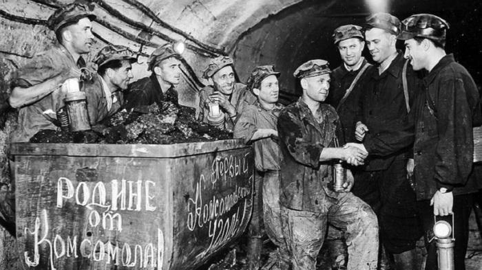 Бригада шахтеров-передовиков передает вахту.