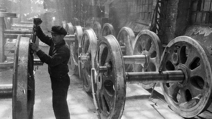 Обработка колесных пар паровоза.