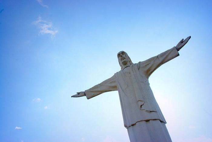 Уменьшенная копия знаменитой скульптуры Христа Искупителя в Рио-де-Жанейро.