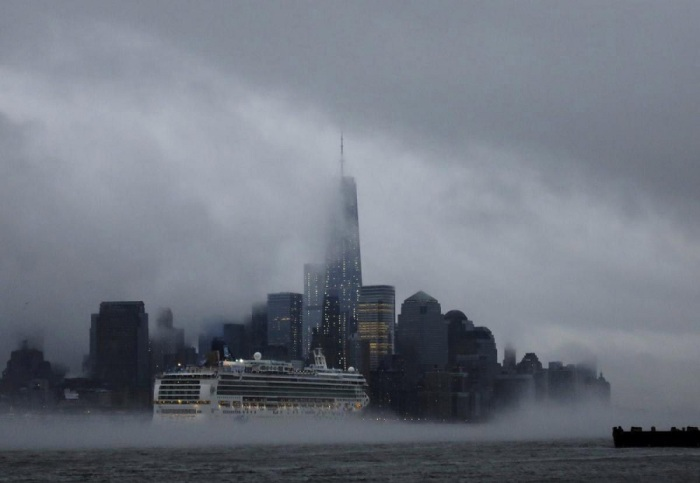 Туман, окутывающий Манхэттен. Фотограф Гэри Херсон (Gary Hershorn).
